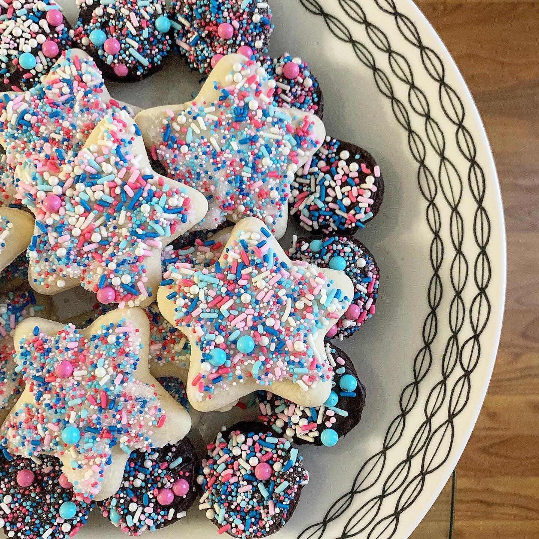 gender reveal cake, gender reveal sprinkles, blue and pink sprinkles, baby shower sprinkles, gender reveal pinata cake